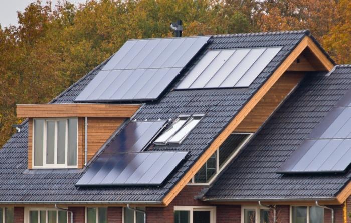 napelemek a ház tetején